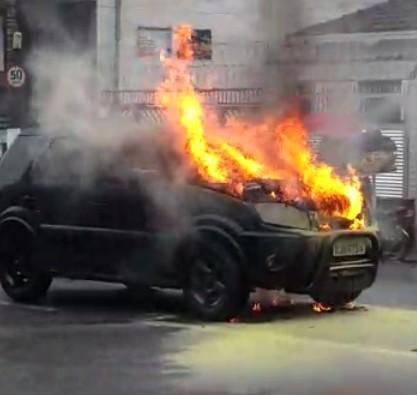Carro pega fogo em movimentada avenida de São Vicente