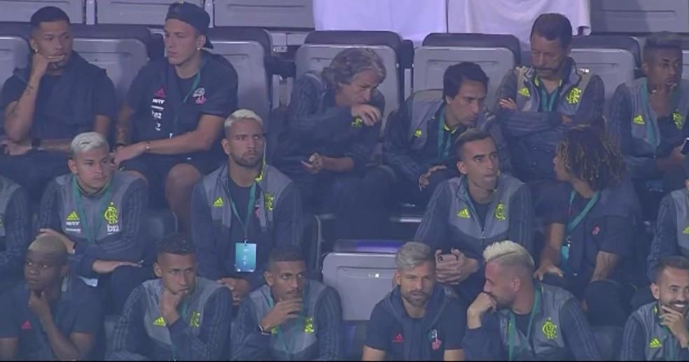Comissão técnica e jogadores do Flamengo assistem ao jogo em Doha — Foto: Reprodução