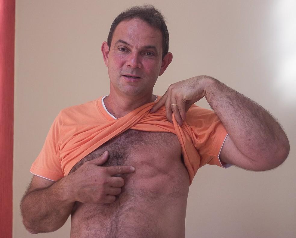'Para o homem, um câncer de mama é um susto maior ainda, porque a gente sempre pensa que é algo distante do público masculino', diz o professor — Foto: Emanoele Daiane/BBC News Brasil