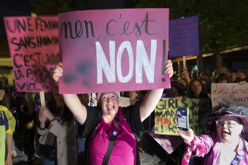 """""""Não é não"""", diz faixa segurada por manifestante em Lausanne — Foto: Laurent Gillieron/Keystone via AP"""
