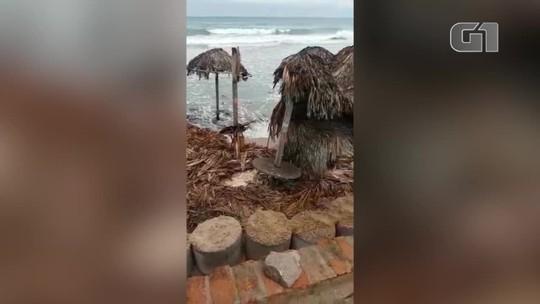 Maré sobe e ondas destroem estruturas de barracas em praia do Litoral do Piauí