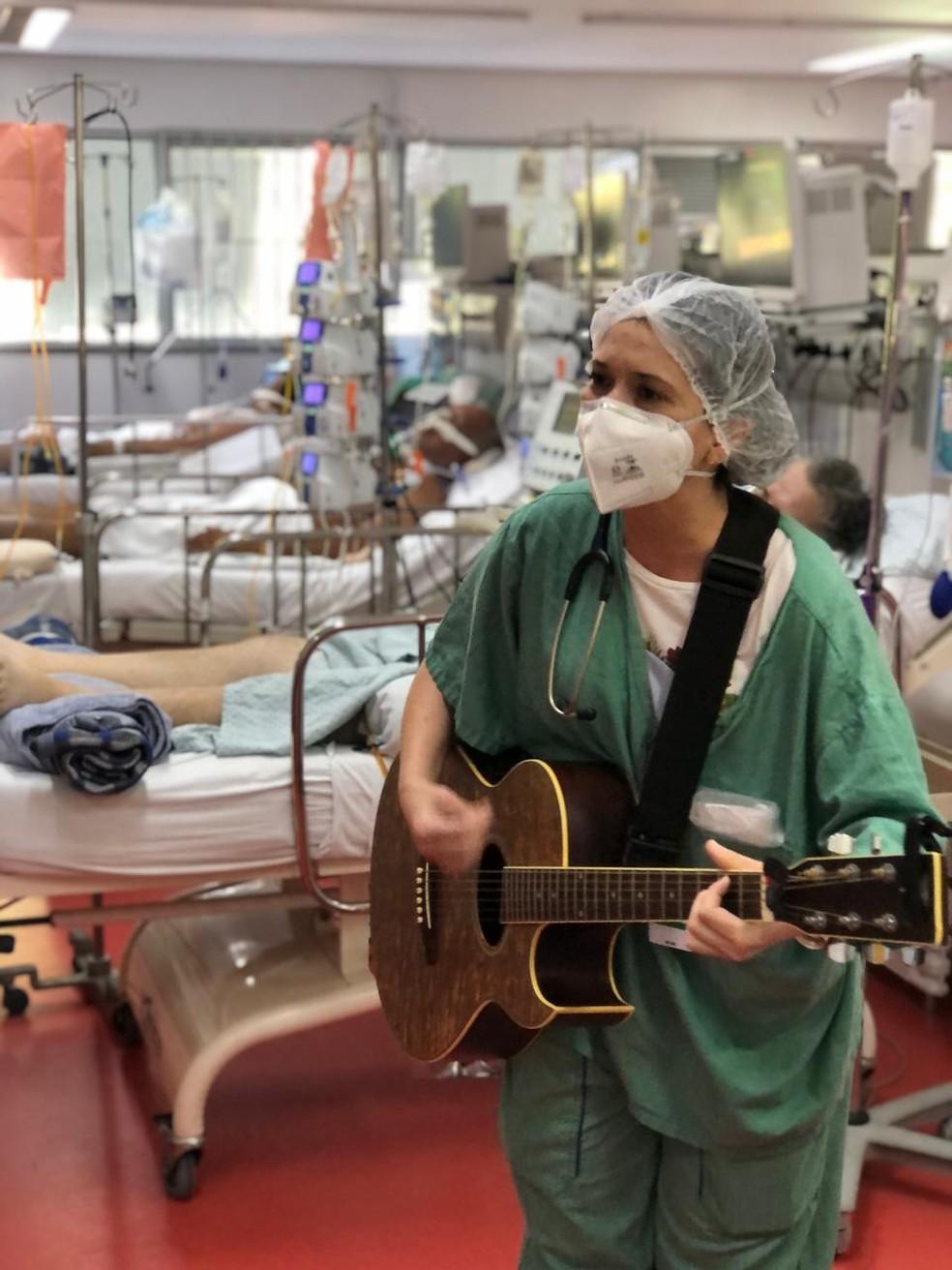 Médica Bruna Falluh toca para pacientes na UTI em hospital em São Paulo — Foto: Divulgação