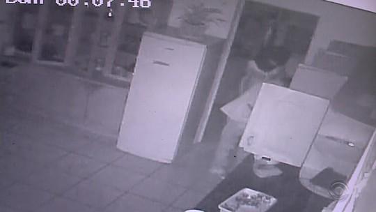 Imagens mostram furto de materiais e comida de escola em Encantado; vídeo