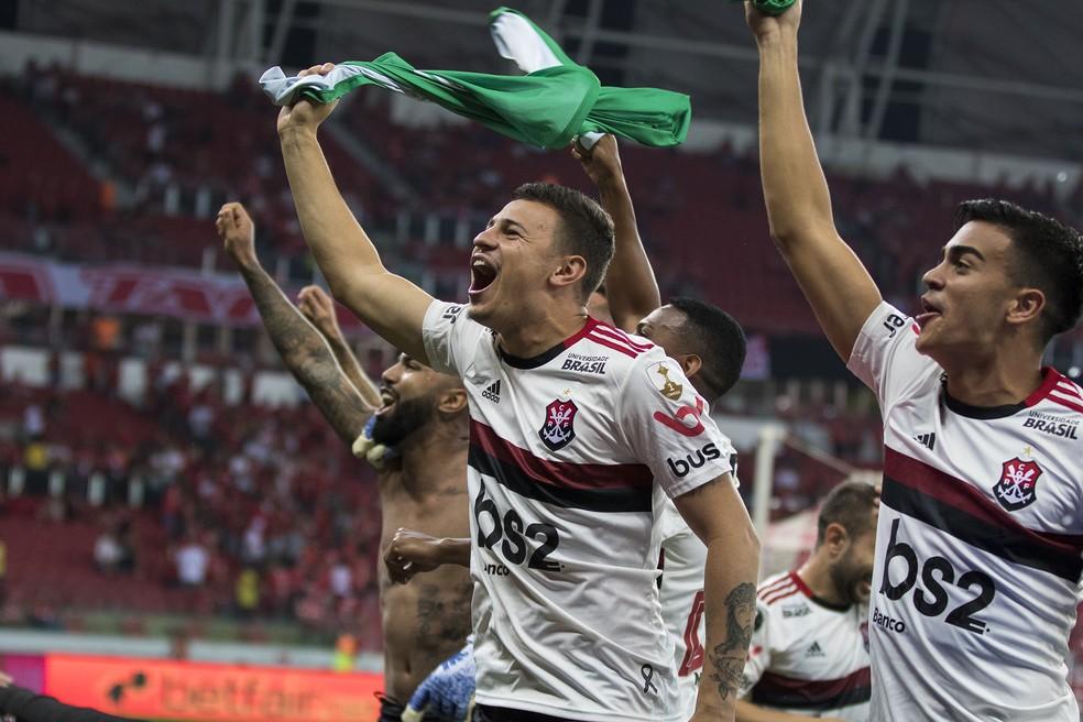 Jogadores do Flamengo fazem a festa com a torcida — Foto: DIGUE CARDOSO/AGÊNCIA FREE LANCER/ESTADÃO CONTEÚDO