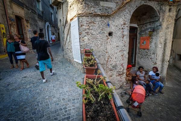 Prefeito acolheu e inseriu socialmente mais de 6 mil requerentes de asilo de mais de 20 países, o que transformou o destino da cidade de Riace (Foto: Ansa)