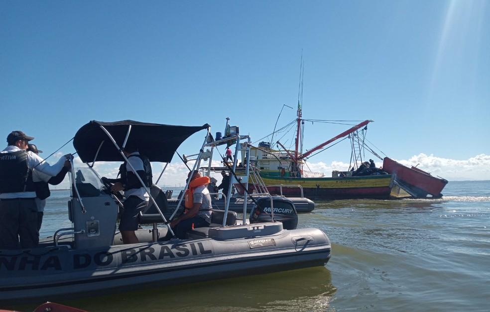 Ação de resgate dos corpos dos irmãos contou com o auxílio de embarcações próximas, Defesa Civil, Corpo de Bombeiros e a Marinha — Foto: Divulgação/Defesa Civil