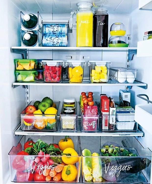 Cada coisa no seu lugar: para ter uma geladeira organizada é preciso aproveitar o espaço da melhor maneira possível (Foto: Pinterest/ Reprodução)