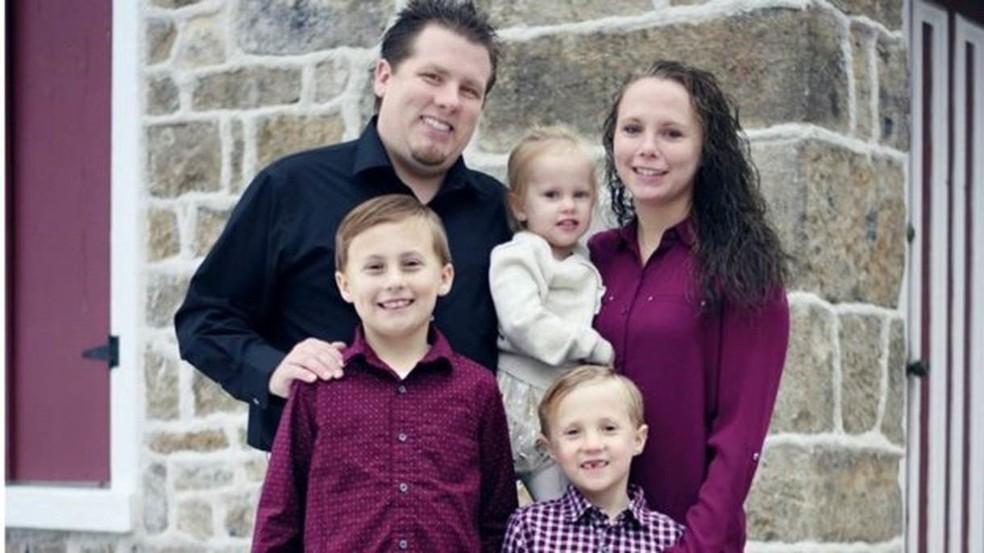 Heather ao lado do marido, Brendon, e dos filhos, Nathan, de 8 anos, Matthew, de 6 anos, e Ellie, de 3 anos — Foto: Arquivo pessoal