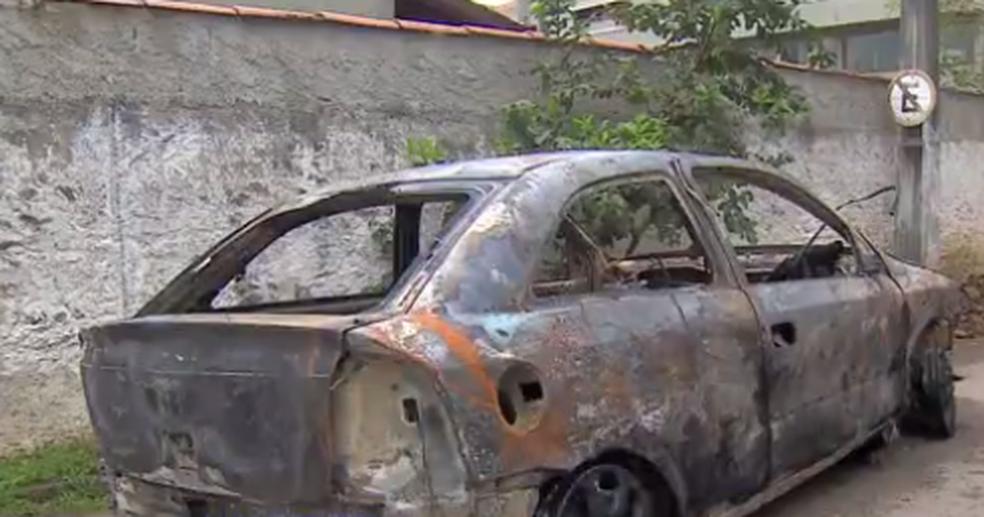 Carro, ano 2005, ficou completamente destruído (Foto: Reprodução/TV Vanguarda)