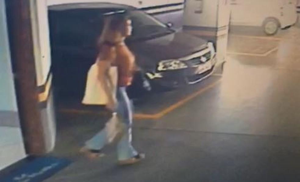 Médica Jaqueline Colodetti vestia caça jeans e blusa marrom no dia que desapareceu, no Espírito Santo (Foto: Reprodução/Videomonitoramento)