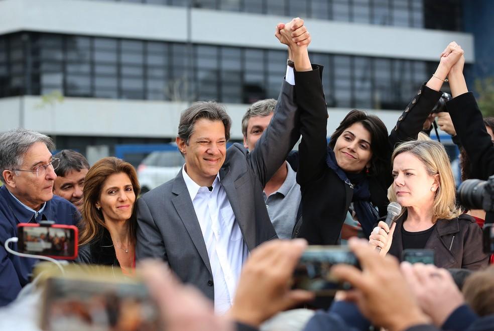 Fernando Haddad e Manuela D'Ávila em frente à Superintendência da PF, em Curitiba — Foto: Giuliano Gomes/PR Press