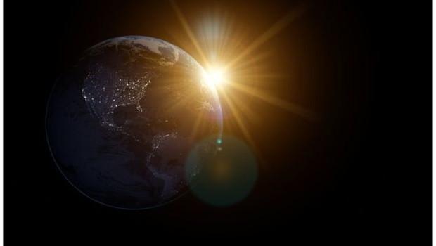 Como diz a lei de Kepler, quando os planetas estão perto do Sol eles se movem mais rápido do que quando estão longe  (Foto: Getty Images via BBC)
