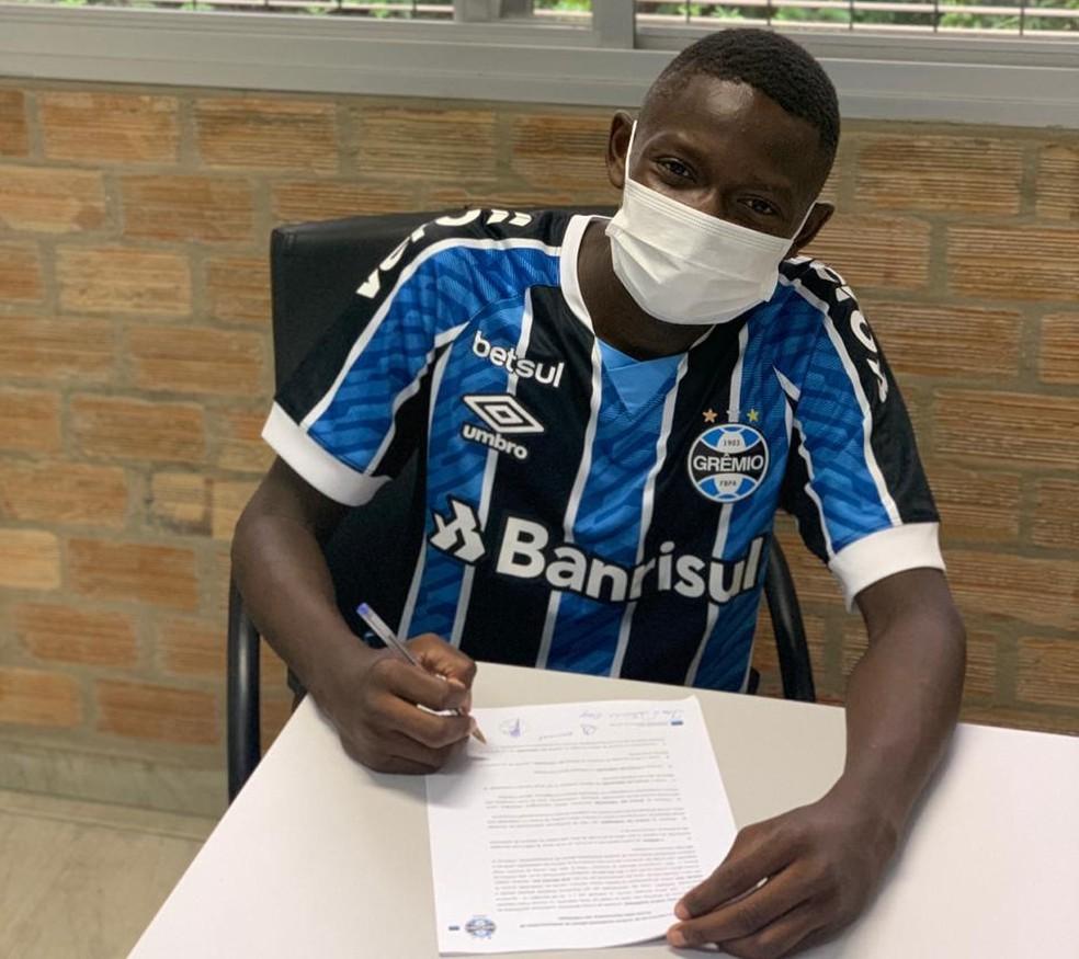 Ganael Gary, haitiano de 15 anos, assina contrato de formação com o Grêmio — Foto: Arquivo pessoal