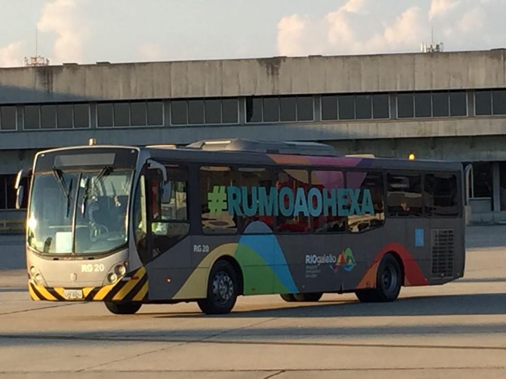 Rumo ao hexa: ônibus leva delegação da seleção brasileira (Foto: Allan Caldas)