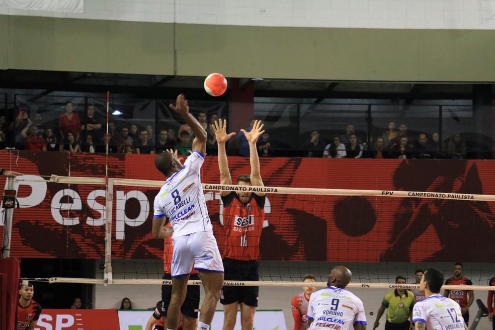 Lucarelli encara o bloqueio de Éder para pontuar pelo Taubaté — Foto: Danilo Sardinha/GloboEsporte.com