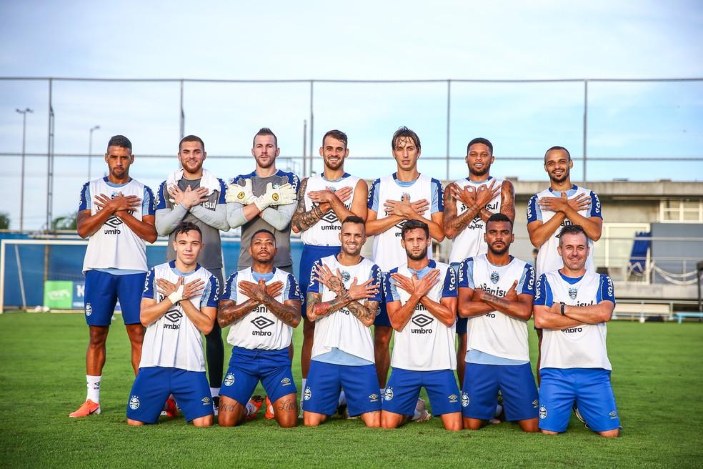 Jogadores posam para foto após rachão; descontração para driblar pressão — Foto: Lucas Uebel/Grêmio/Divulgação