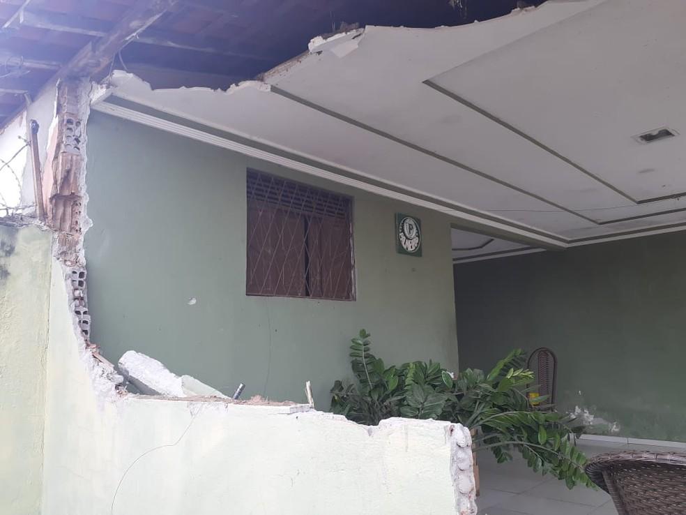 Criminosos usaram escavadeira para derrubar parede de casa e matar homem na Grande Natal. — Foto: Kleber Teixeira/Inter TV Cabugi