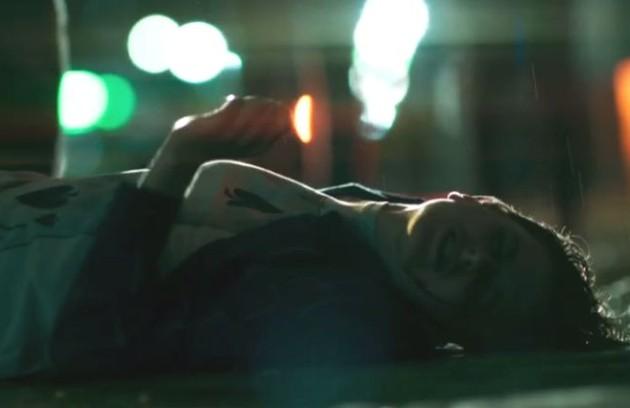 Ivan (Carol Duarte) foi espancado em 'A força do querer' (Foto: Reprodução)