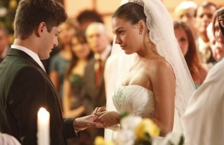Daniel Rocha vai gostar de rever as sequências do casamento de seu personagem, Roni, com Suelen (Isis Valverde) Reprodução/TV Globo