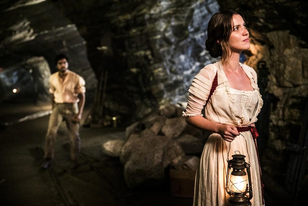 Ernesto nota clima tenso entre Elisabeta e Darcy e decide se aproximar do casal (Foto: João Miguel Júnior/TV Globo)
