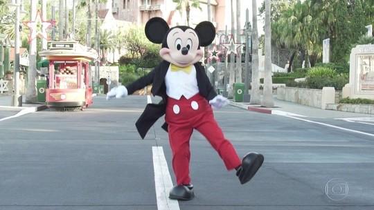 Mickey comemora aniversário de 90 anos e visita estúdio do Fantástico