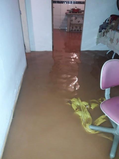 Cerca de 50 casas ficam alagadas durante temporal em Bom Jesus do Itabapoana, no RJ
