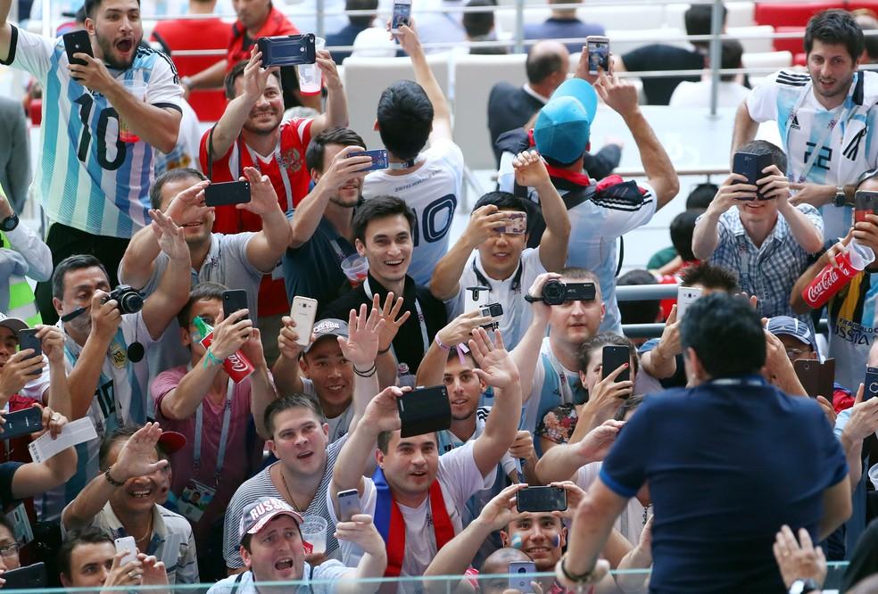 Maradona é saudado pelos torcedores (Foto: REUTERS/Pilar Olivares)
