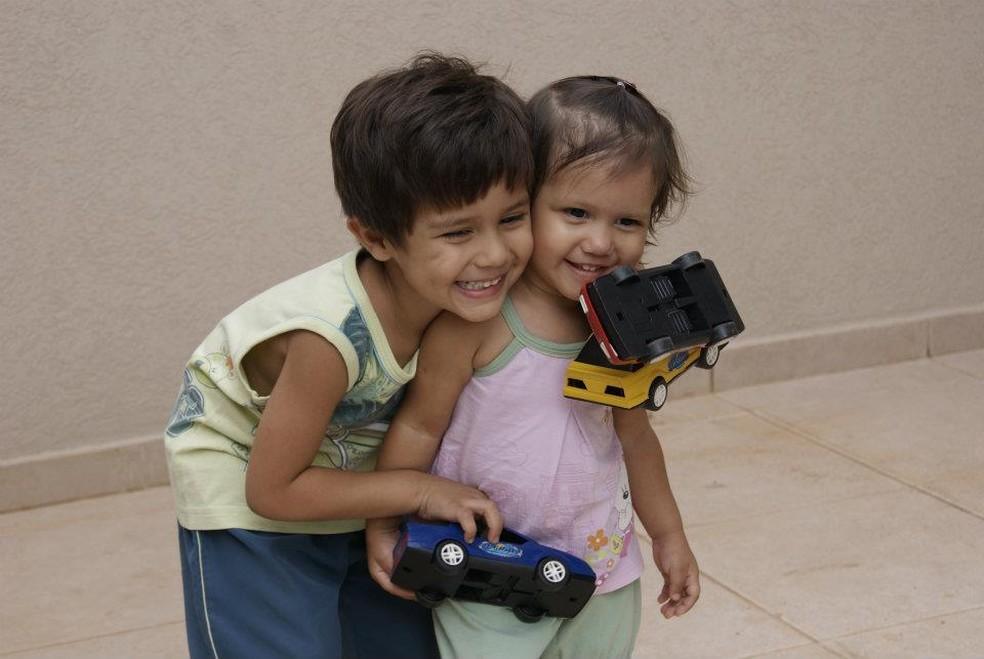 Crianças brincando no dia da mudança para casa nova, em Campo Grande (Foto: Reprodução/Facebook)