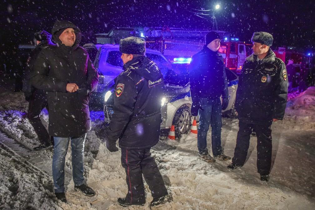 Policiais bloqueiam via perto do local onde caiu um aviA?o da companhia Saratov (Foto: Vasily Maximov/AFP)