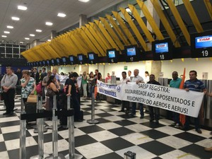 Manifestantes bloqueiam check-in do Aeroporto de Congonhas (Foto: Tatiana Santiago/G1)