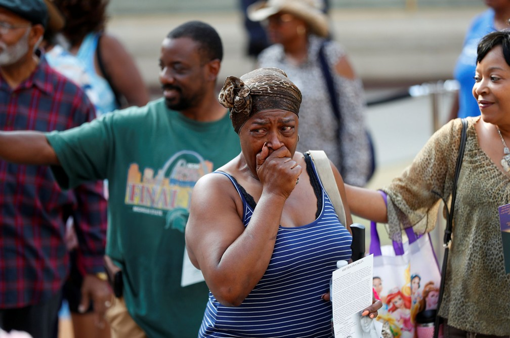 Fã de Aretha Franklin se emociona no velório da cantora nesta terça-feira (28) no Museu de História Afro-Americana Charles H. Wright, em Detroit, Michigan, Estados Unidos, August 28; cerimônia continua nesta quarta-feira (29) (Foto: Paul Sancya/REUTERS)