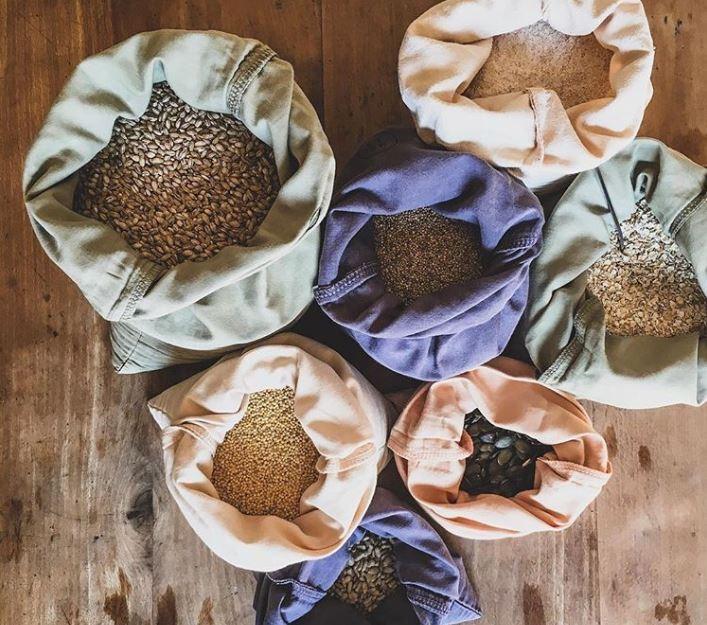 Sacos de algodão reutilizáveis para compras feitos pela Junibee (Foto: @junibeewrap via Instagram)