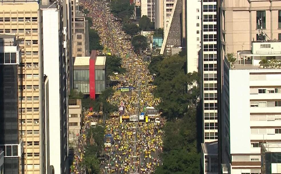 SÃO PAULO, 15h12: Manifestantes fazem ato na Avenida Paulista de apoio à Lava Jato — Foto: GloboNews/Reprodução