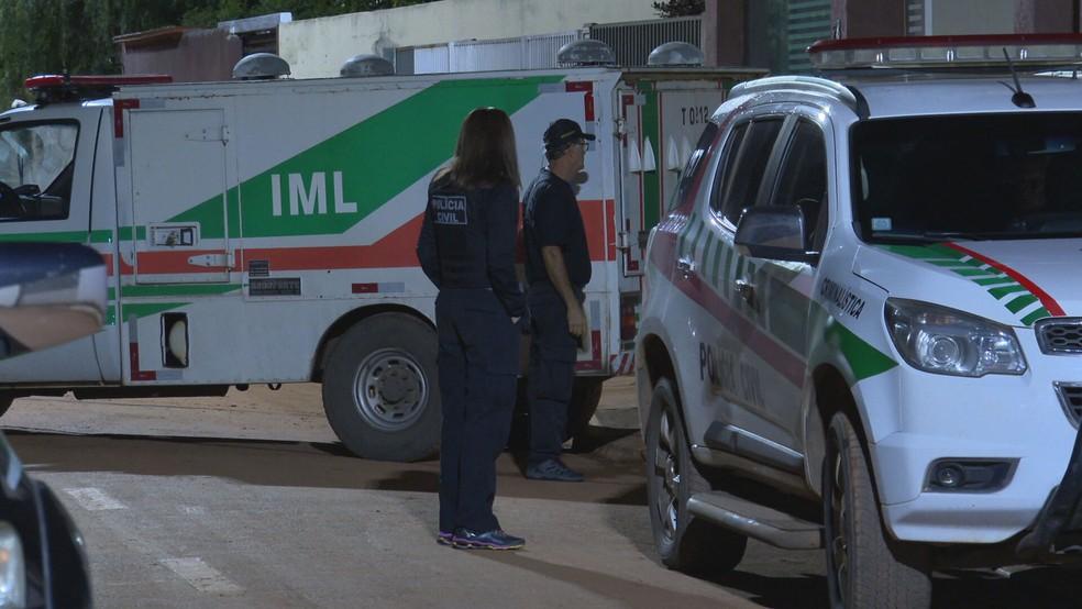 IML remove corpo de policial civil suspeito de matar companheiro da ex-mulher e se matar em seguida, no DF — Foto: TV Globo/Reprodução