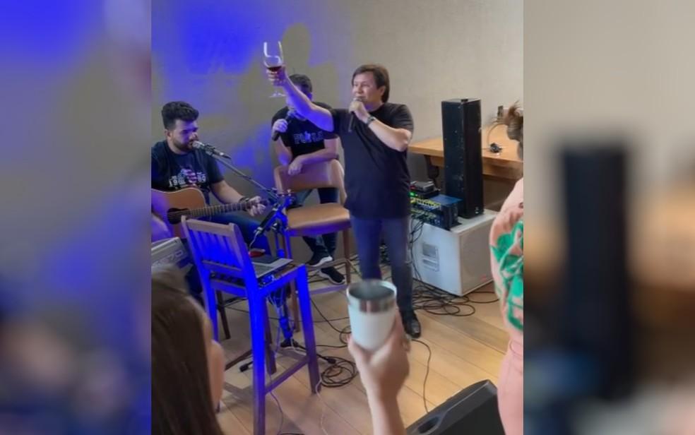 Gian e Giovane cantando em evento com prefeitos de Cachoeira Alta e Caçu, em Goiás — Foto: Reprodução/Redes Sociais