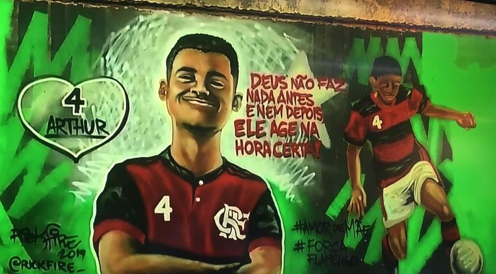 Artista faz grafite em homenagem a Arthur Vinícius — Foto: Rick Fire