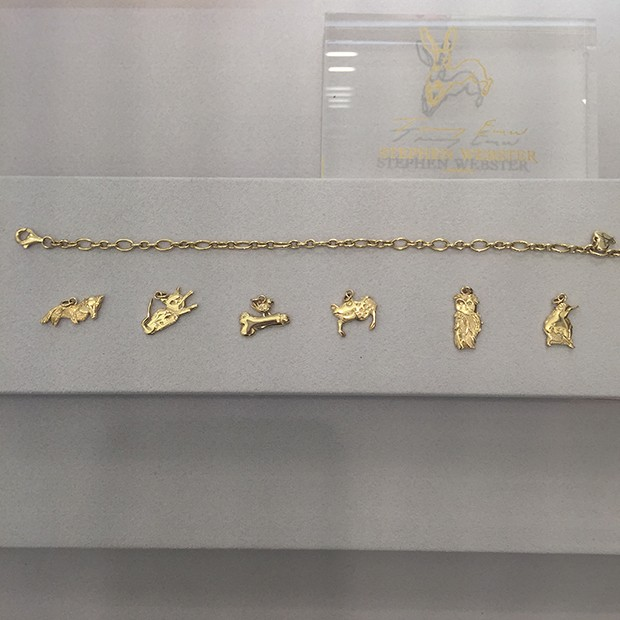 Tracey Emin's collection of gold charms for Stephen Webster, based on her pen and ink series of drawings (Foto: @SuzyMenkesVogue)