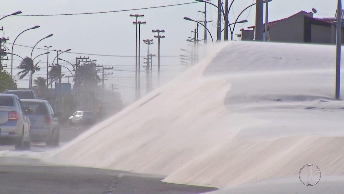 Ventos fortes fazem dunas invadirem rodovia, destelham Câmara e afetam fornecimento de energia no RJ