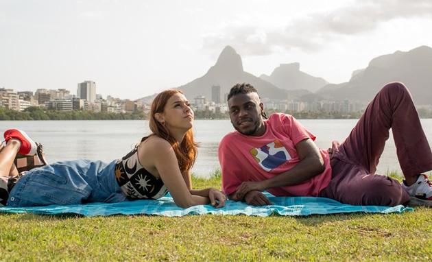 Thati Lopes e Yuri Marçal durante as filmagens de 'Cedo demais' (Foto: Mariana Vianna)