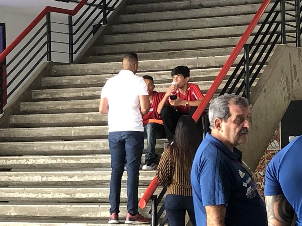 Pablo Ruan, do time sub-17 do Flamengo, no detalhe com o copo na boca. Ele é o menino que se salvou do incêndio passando pela grade da janela — Foto: Ivan Raupp / GloboEsporte.com