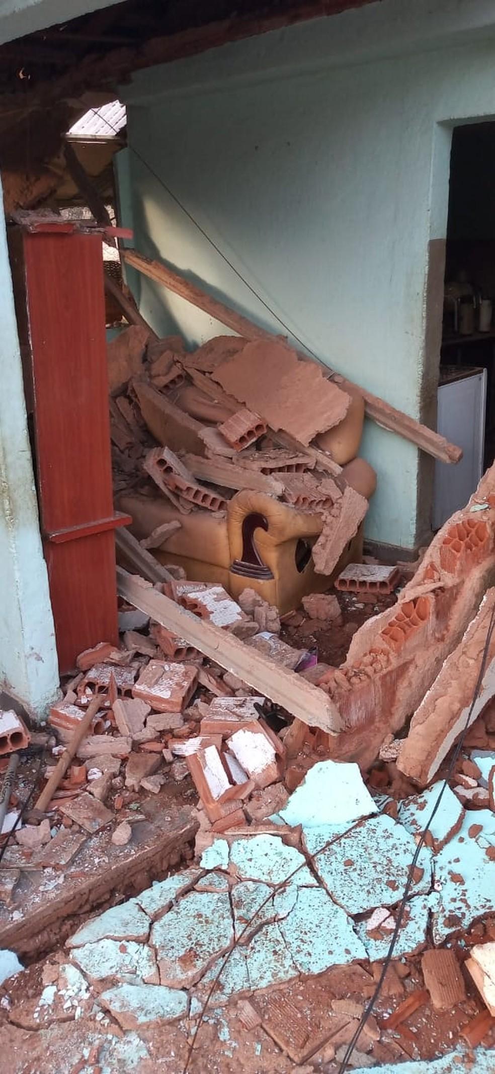 Casa fica destruída após explosão de botijão de gás em Valença — Foto: Thiago de Lima Martins