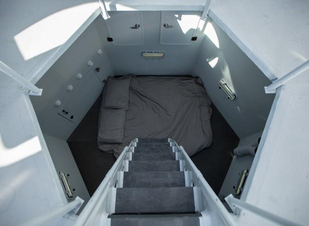 """Descendo a escada da """"espaçonave"""", chega-se a uma cama com espaço para dois (Foto: Marcus Ricci / Reprodução)"""