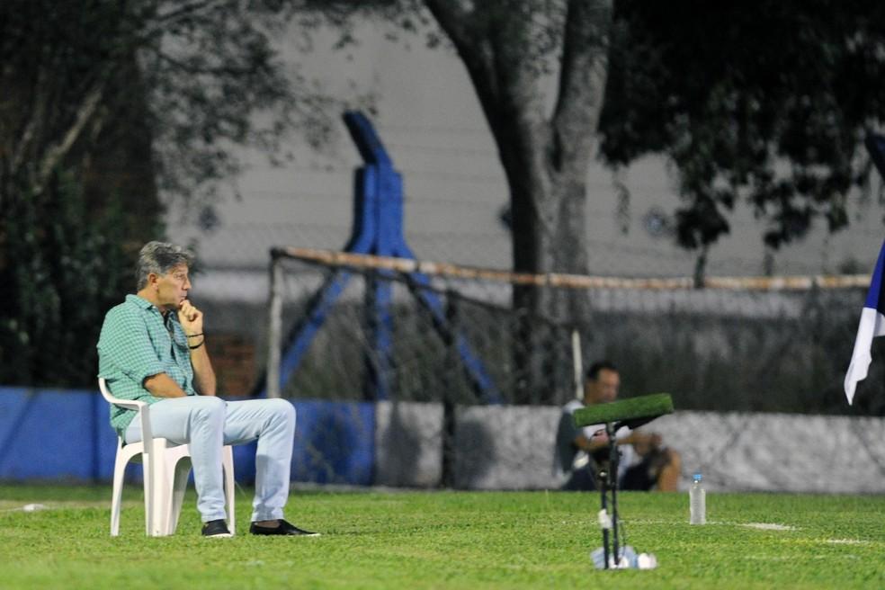 Renato acompanha jogo sentado em cadeira — Foto: Wesley Santos/Agência PressDigital