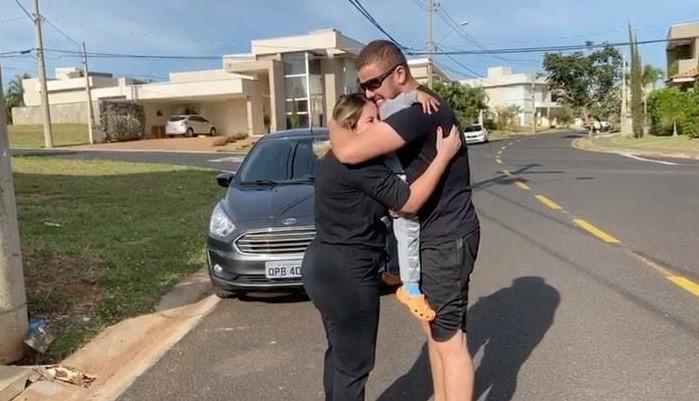 Cantor Zé Neto se reencontra com a família após se curar da Covid-19