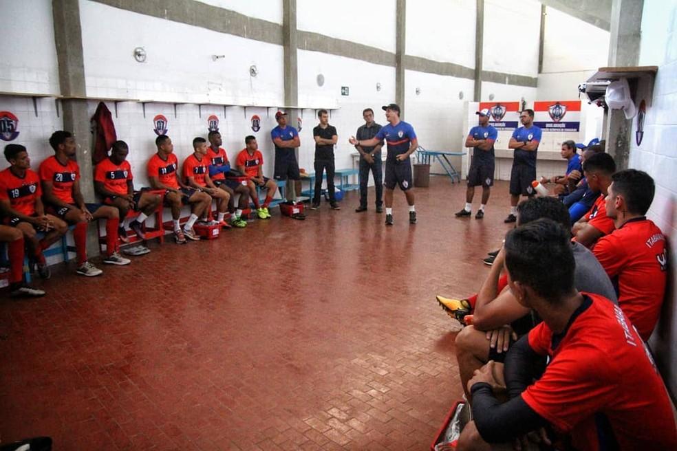 Vinícius Saldanha se apresenta aos jogadores do Itabaiana logo depois da demissão de Washington Coração Valente (Foto: Wendell Rezende/AOItabaiana)