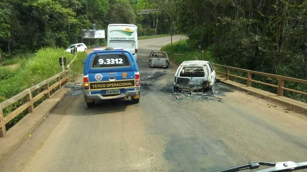 Veículos foram incendiados para impedir acesso da polícia ao município durante a ação dos bandidos (Foto: Robson França/Arquivo Pessoal)