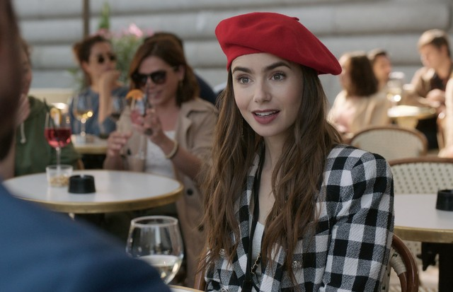 EMILY IN PARIS (L to R) LILY COLLINS as EMILY in episode 103 of EMILY IN PARIS. Cr. COURTESY OF NETFLIX  (Foto: COURTESY OF NETFLIX)