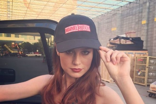 A atriz Brie Larson com um boné da Marvel (Foto: Instagram)