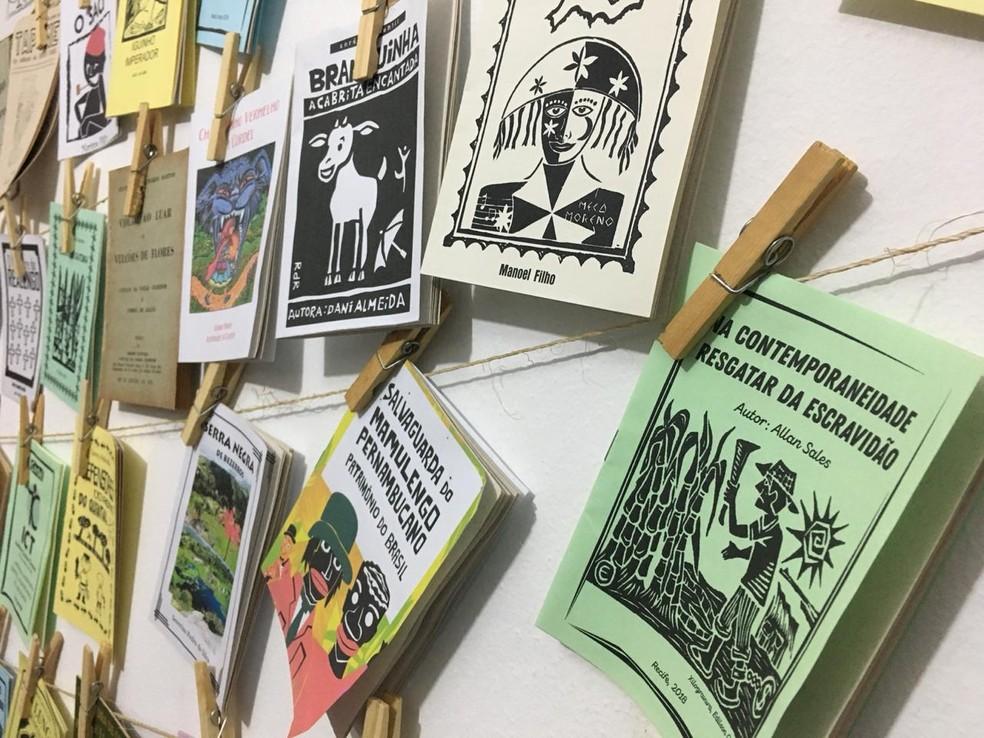 Literatura de cordel é comumente exibida em cordões em feiras e editoras — Foto: Oton Veiga/TV Globo