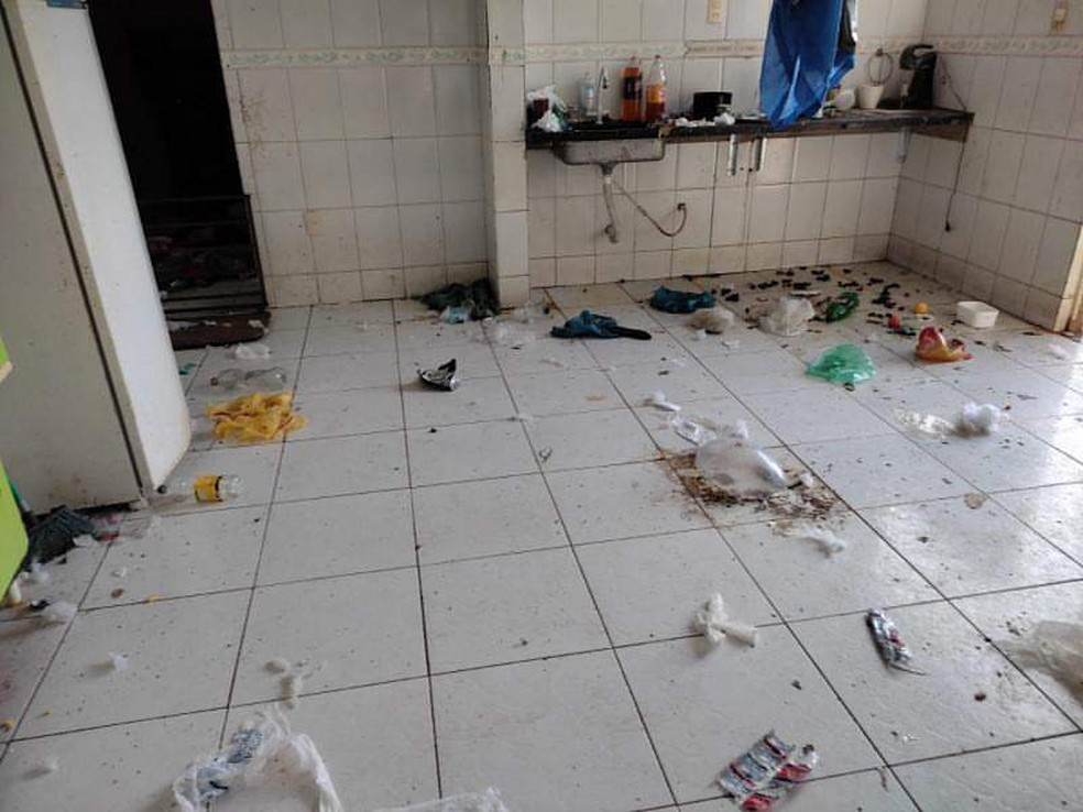 Crianças mantidas em cárcere privado viviam em casa suja e cheia de lixo no ES — Foto: Reprodução/TV Gazeta